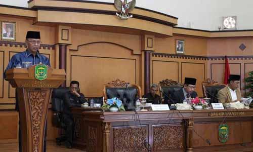 Wakil Wali Kota Tanjungpinang, Syahrul menyampaikan pidato tentang pengesahan Ranperda Hak Keuangan dan Administratif Pimpinan dan Anggota DPRD Kota Tanjungpinang menjadi Perda.