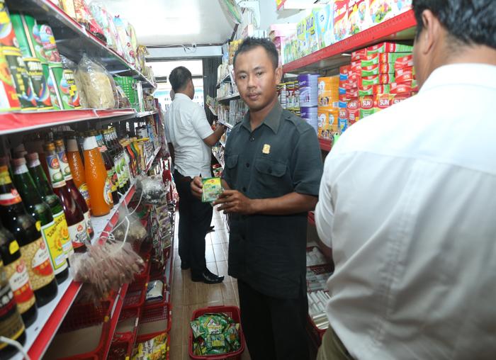 Anggota DPRD Yusli YS saat ikut mengecek barang dagangan