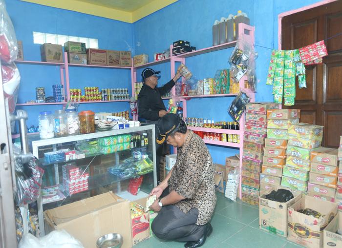 Anggota DPRD, H Dhanun dan H Adnan Nala memeriksa jualan salahsatu toko