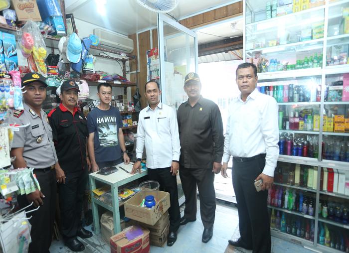 Kadisperindag bersama anggota DPRD dan Kepolisian turun memeriksa barang dagangan