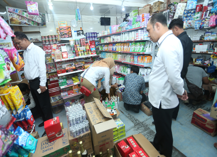 Kadisperindag Pemkab Anambas, Usman saat meninjau salahsatu toko
