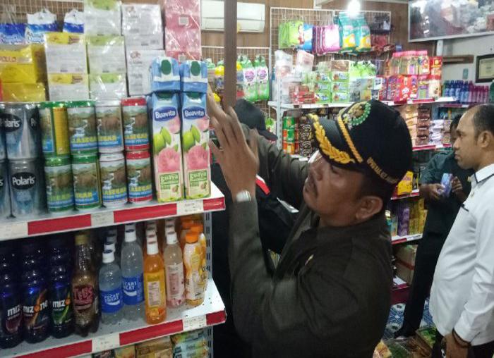 Anggota Komisi II DPRD Anambas saat memeriksa minuman