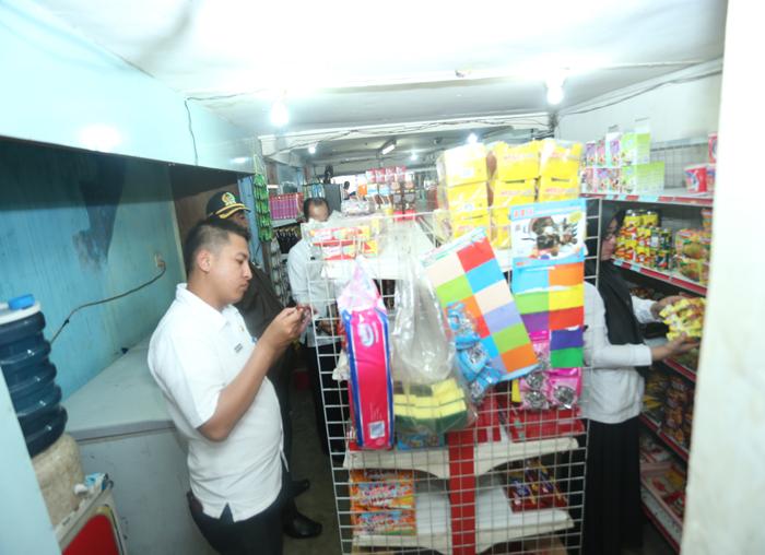 Staf Disperindag meneliti masa kadaluarsa makanan yang dijual disalahsatu toko