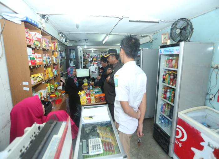 Anggota DPRD (pakai topi), H Dhanun saat ikut memeriksa jualan pedagang