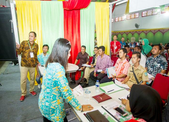 Diskusi Aparatur Desa dengan narasumber