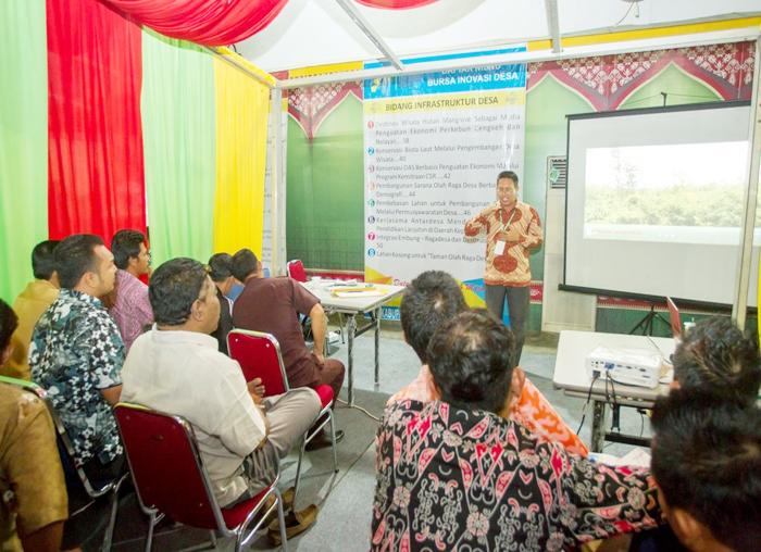 Narasumber menerangkan program pembangunan desa yang berkelanjutan