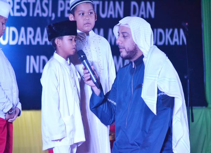 Ustadz Syeikh Ali Jaber berdialog dengan salah seorang anak pada Tabligh Akbar 1 Muharram 1440 H Provinsi Kepri