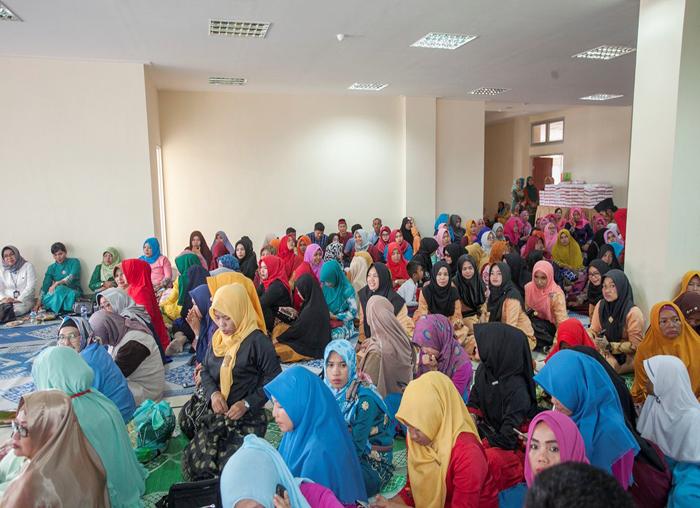 Warga dan pegawai berbaur bersama saat acara tepung tawar kantor bupati Anambas