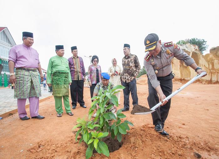 Kapolres Anambas, AKBP Junoto menanam pohon usai acara tepung tawar kantor bupati Anambas