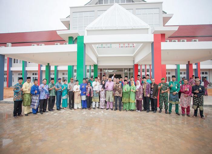 Jajaran Pemerintah Daerah Kabupaten Kepulauan Anambas foto bersama dengan instansi vertikal dan tamu undangan