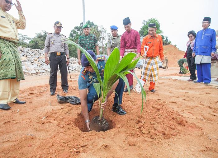 Danlanal Tarempa, Letkol Arie turut menanam pohon di pekarangan kantor bupati setelah acara tepung tawar selesai