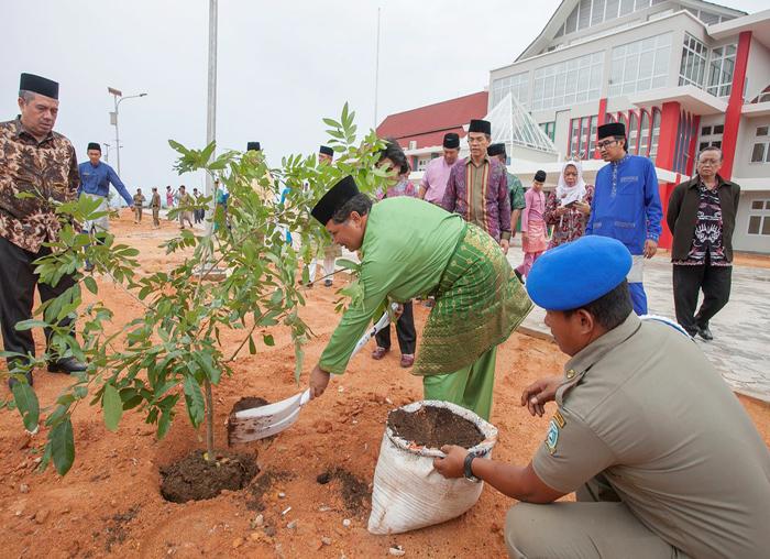Wakil Bupati Anambas, Wan Zuhendra saat menanam pohon disekitar pekarangan kantor bupati Anambas
