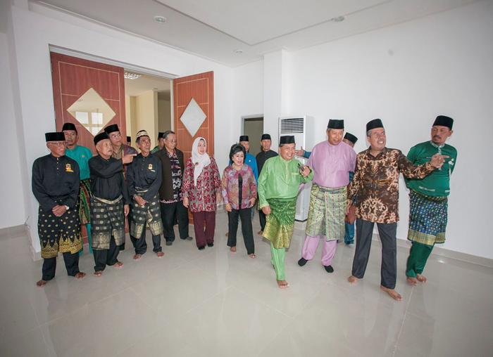 Bupati dan Wakil Bupati bersama  Sekda mengajak tamu untuk melihat sekeliling kantor bupati didampingi oleh  pengurus Lembaga Adat Melayu Anambas