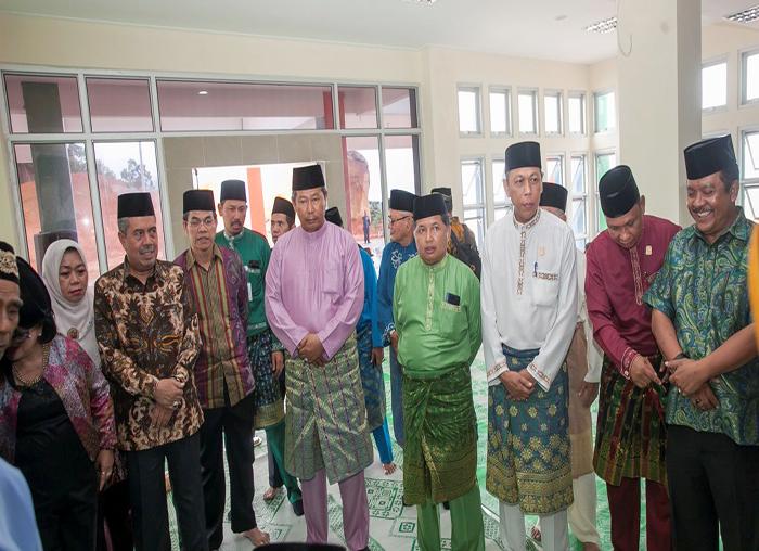 Bupati Anambas, Abdul Haris dan Wakil Bupati Anambas,  Wan Zuhenra baru tiba sebelum acara tepung tawar kantor bupati di Pasir Peti