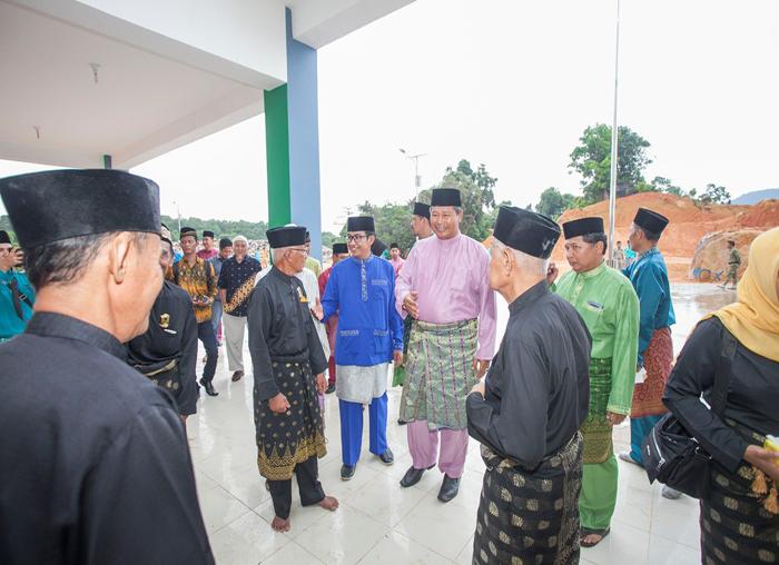 Bupati Anambas, Abdul Haris dan  Wakil Bupati Anambas, Wan Zuhendra baru tiba sebelum acara tepung tawar kantor bupati di Pasir Peti
