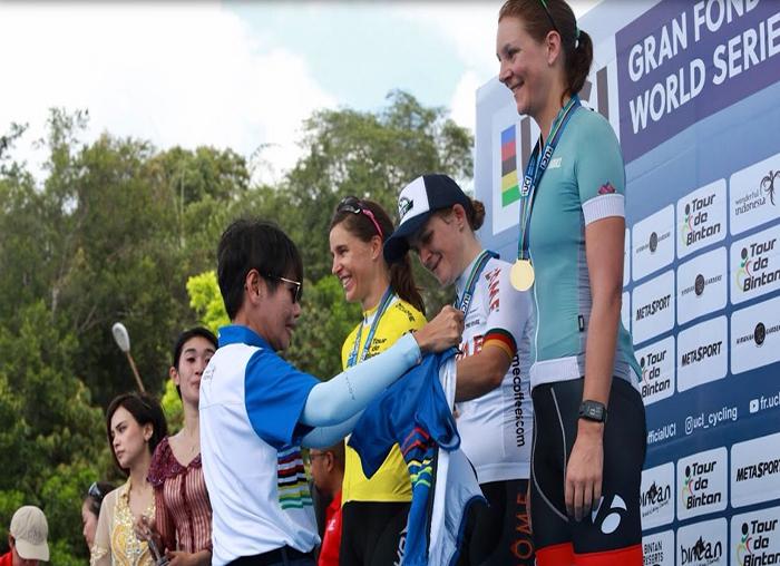Pemenang atlet wanita mendapatkan mendali