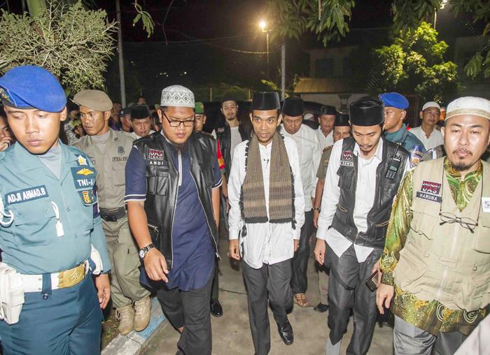Ustadz Abdul Somad dikawal menuju Lapangan Sulaiman Abdullah
