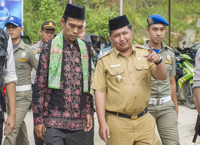 Wakil Bupati, Wan Zuhendra menjelaskan sedikit tentang daerah Palmatak kepada Ustadz Abdul Somad