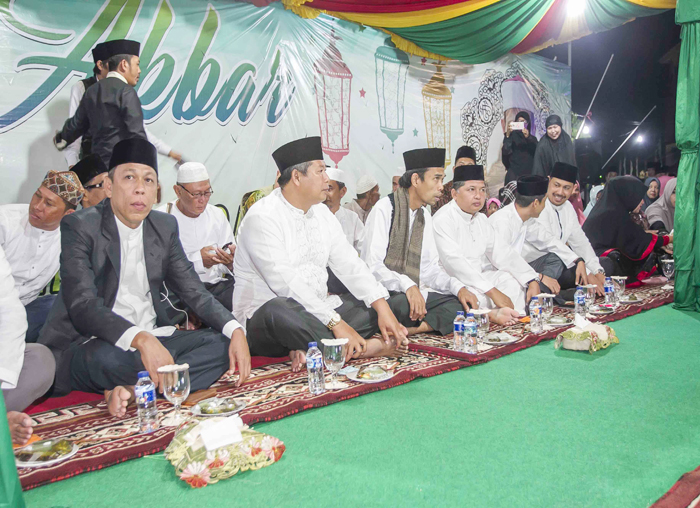 Bupati, Wakil Bupati dampingi Ustadz Abdul Somad di tenda VIP menjelang tausiah