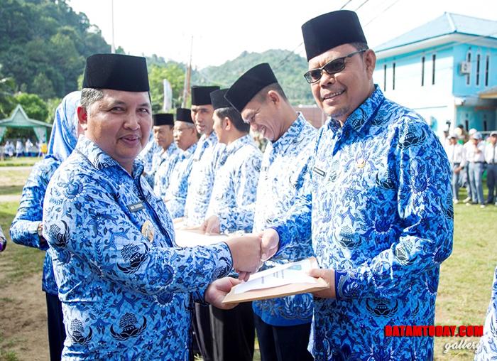 Wakil Bupati menyerahkan DPA kepada Kepala OPD