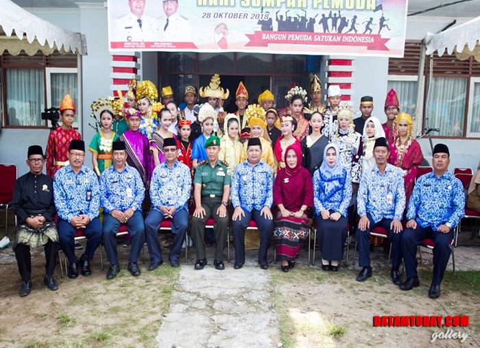 Wakil Bupati didampingi intansi vertikal, kepala OPD dan tokoh masyarakat foto bersama dengan pemuda