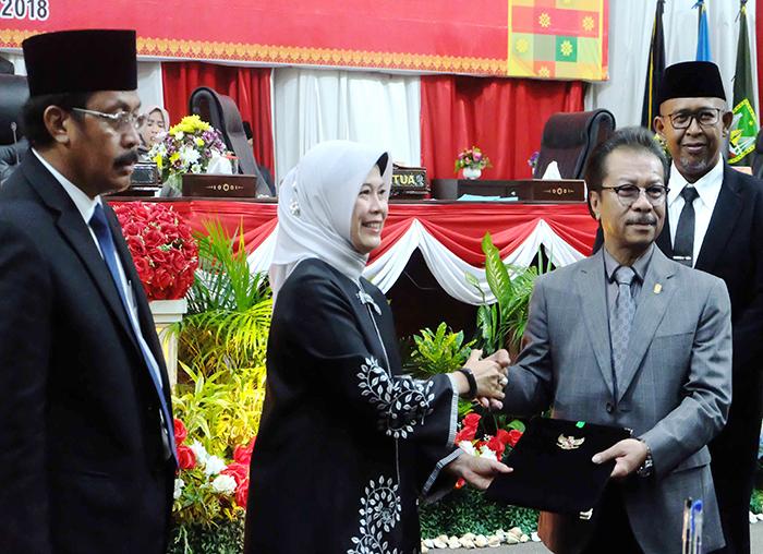 Anggota V BPK RI, Isma Yatun, menyerahkan dokumen hasil laporan pemeriksaan dan sejumlah rekomendasi kepada Ketua DPRD Kepri Jumaga Nadeak