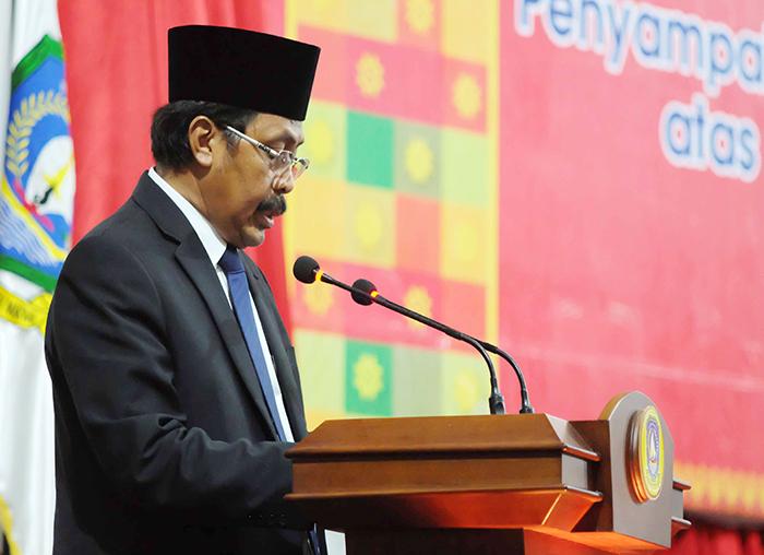 Gubernur Nurdin Basirun menandatangani laporan BPK RI disaksikan Anggota V BPK dan Pimpinan DPRD Kepri