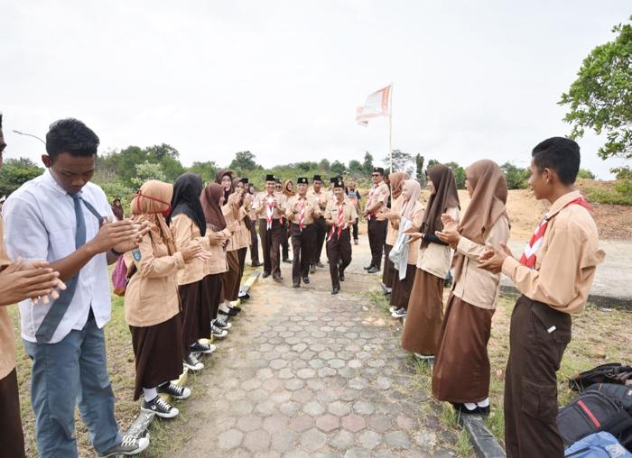 Dalmasri Syam disambut dengan nyanyian pramuka oleh pramuka Kecamatan Mantang
