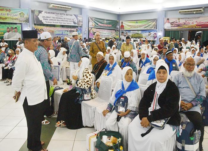 Wakil Bupati Bintan Dalmasri Syam saat menyambut Jama`ah Haji asal Bintan di Batam