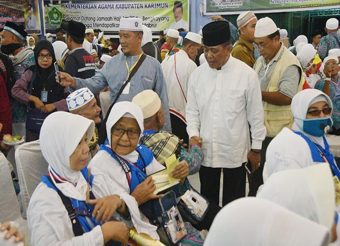 Wakil Bupati Bintan Dalmasri Syam menyapa Jama`ah Haji asal Bintan di Batam