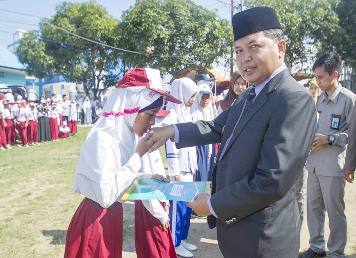 Wakil Bupati saat menyerahkan penghargaan kepada perwakilan pelajar di Anambas
