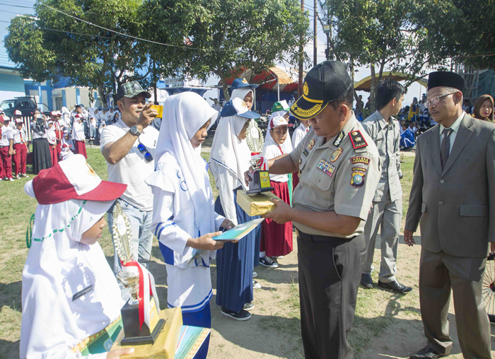 Wakapolres Anambas Kompol Rafizal Amin saat menyerahkan penghargaan secara simbolis kepada pelajar di Anambas