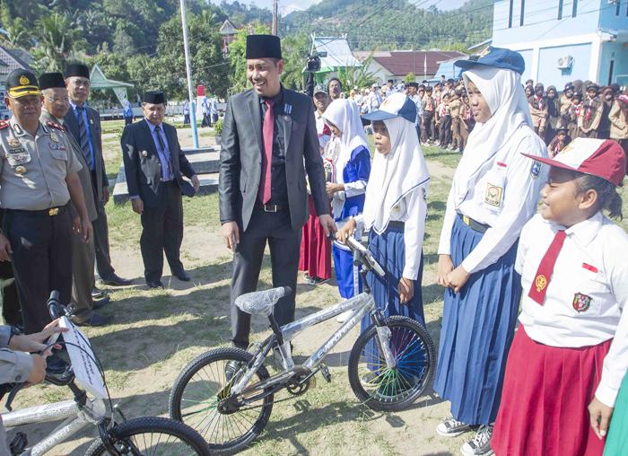 Sekretaris Daerah Kabupaten Kepulauan Anambas, Sahtiar saat menyerahkan secara simbolis sepeda kepada pelajar di Anambas