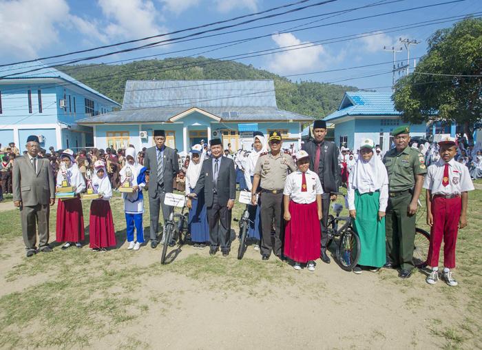 Pemerintah Daerah bersama unsur instansi vertikal dan perwakilan pelajar saat sesi foto bersama usai upacara Hardiknas di halaman kantor Bupati Anambas