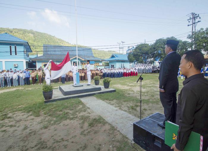 Penghormatan kepada bendera merah putih oleh peserta upacara Hardiknas di halaman kantor  Bupati Anambas