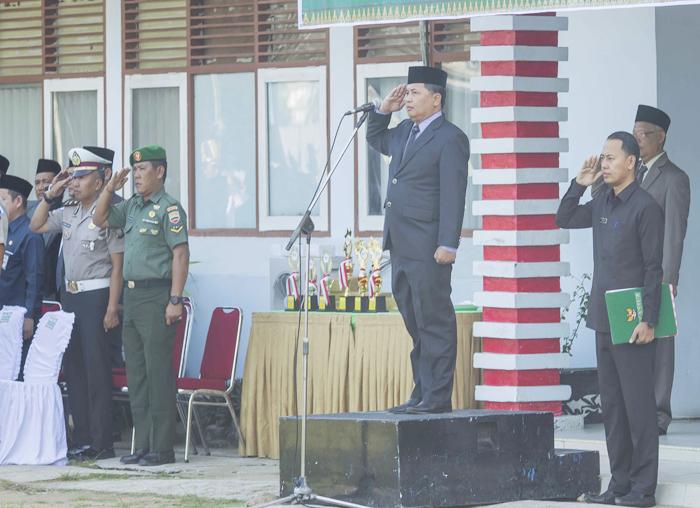 Wakil Bupati berserta perwakilan unsur instansi yang  ada di Kabupaten Kepulauan Anambas saat menghadiri upacara Hardiknas di halaman kantor Bupati Anambas