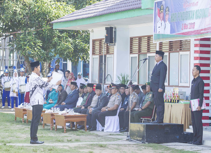 Wakil Bupati Kabupaten Kepulauan Anambas, Wan Zuhendra saat menjadi pembina upacara pada Peringatan Hari Pendidikan Nasional di halaman kantor Bupati Anambas