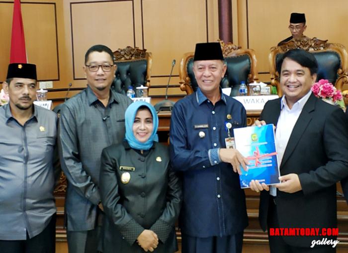 Wakil Ketua DPRD kota Tanjungpinang Ade Angga bersama Wali kota dan Wakil Wali Kota serta anggota DPRD lainya dalam Penyerahan LKPJ-APBD 2018
