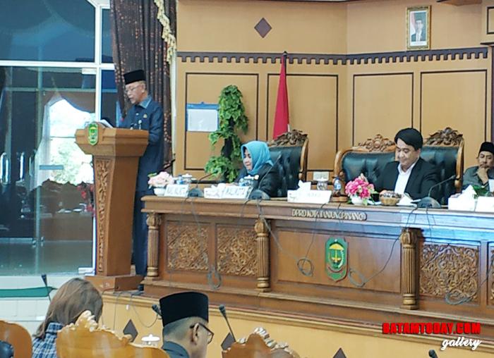 Wali kota Tanjungpinang H. Syahrul saat menyampaikan Pidato pengantar Penyerahan LKPJ-APBD 2018 ke DPRD