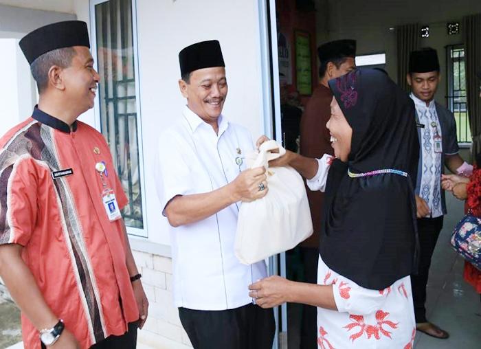 Seorang ibu RTS tertawa gembira saat menerima bantuan sembako Gratis dari PJ.Wako Tanjungpinang