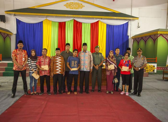 Bupati dan Wakil Bupati bersama  dengan stakeholder menyempatkan foto bersama dengan korban bencana usai  menyerahkan bantuan dana