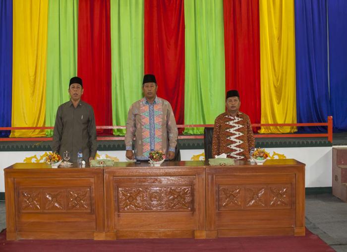 Gairah Bupati, Wakil Bupati dan  Ketua DPRD saat menyanyikan Lagu Indonesia Raya
