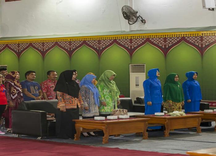 Semangat PKK Anambas saat  menyanyikan Lagu Indonesia Raya pada pembukaan acara penyerahan bantuan  dana kepada korban bencana