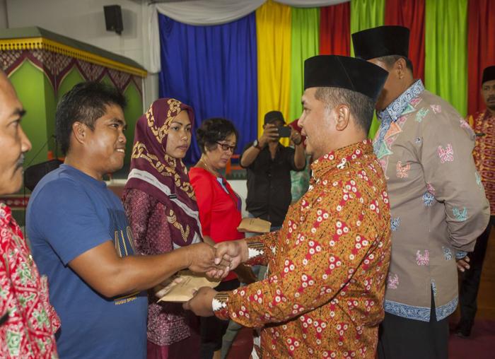 Wakil Bupati Anambas, Wan Zuhendra  menyerahkan sumbangan kepada keluarga Suherman yang mengalami kerusakan  rumah kategori berat