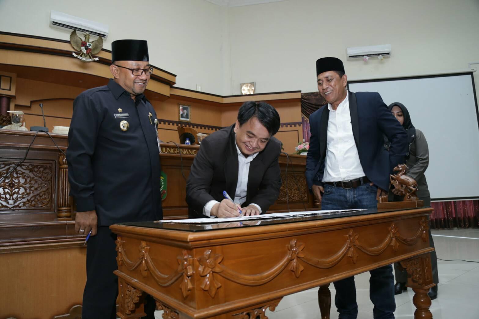 Wakil Ketua I DPRD Tanjungpinang Ade Angga menandatangani nota kesepahaman pengesahan Ranperda Retribusi Umum, Retribusi Perizinan Tertentu dan Perda Pemenuhan Hak Penyandang Disabilitas menjadi Perda.
