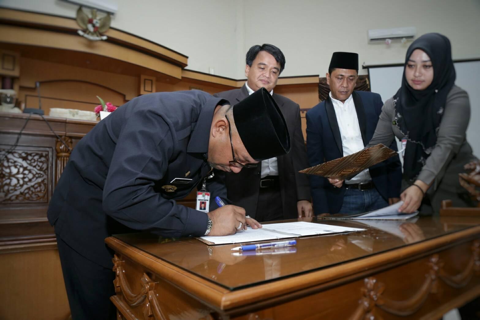 Wali Kota Tanjungpinang Lis Darmansyah menandatangani nota kesepahaman pengesahan Ranperda Retribusi Umum, Retribusi Perizinan Tertentu dan Perda Pemenuhan Hak Penyandang Disabilitas menjadi Perda.