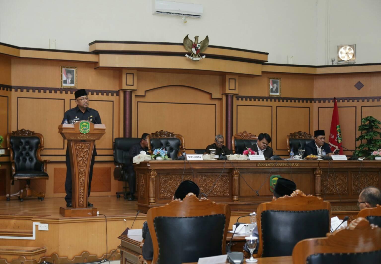 Wali Kota Tanjungpinang Lis Darmansyah meyampaikan sambutan atas pengesahan Ranperda Retribusi Umum, Retribusi Perizinan Tertentu dan Perda Pemenuhan Hak Penyandang Disabilitas menjadi Perda.