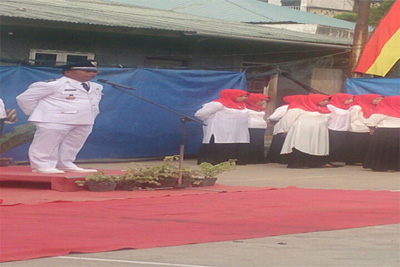 Lurah Tiban Lama Adi H. SE memberikan pengarahan kepada peserta upacara.