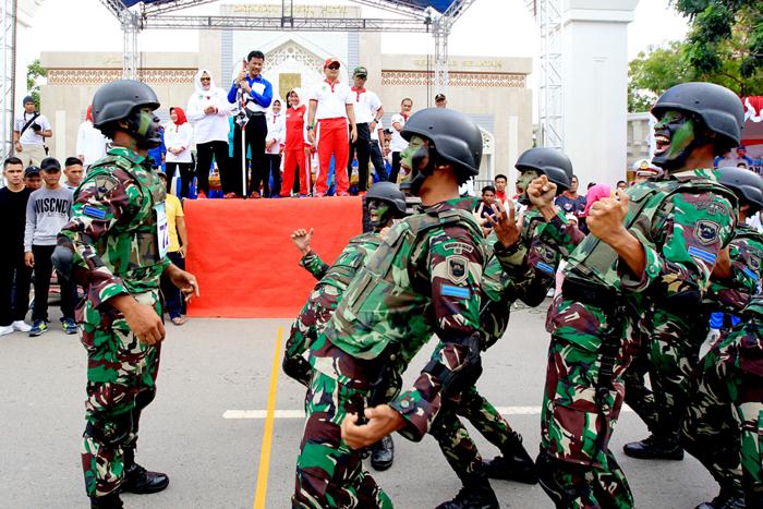 Salah satu Regu Gerak jalan HUT RI 72 Kota Batam  dari Marinir   sedang beraksi