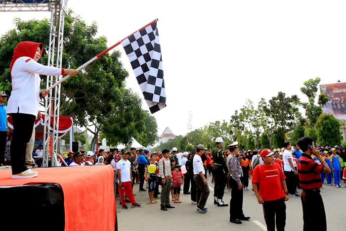 Kepala Dinas Pemuda dan Olah Raga kota Batam Hendrianan Gustini mkelepas peserta Gerak Jalan HUT RI 72 Kota Batam